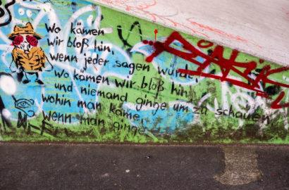 Dieses Graffito zitiert einen Text des schweizerischen Pfarrers und Schriftstellers Kurt Marti (1921-2017)
